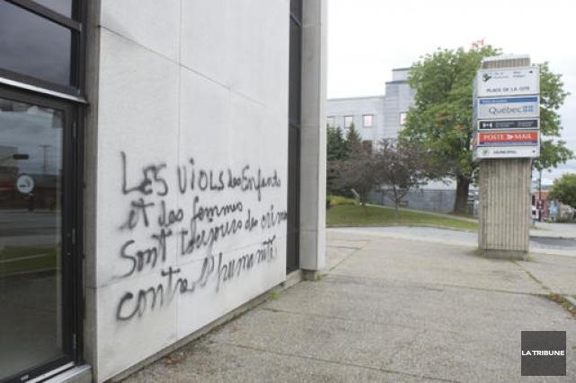 Deux graffitis ont été réalisés à l'avant et à l'arrière duPalaisde justice... (Imacom, René Marquis)