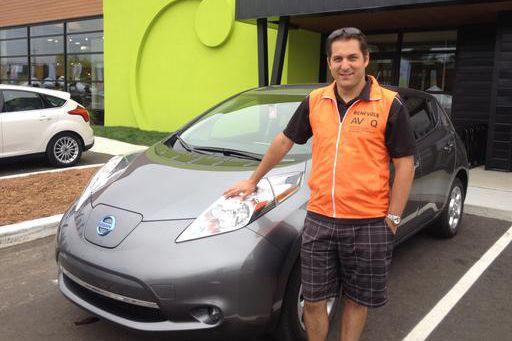 David Allard et sa Nissan Leaf... (La Tribune, Camille Dauphinais-Pelletier)