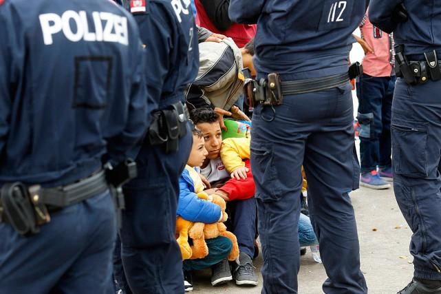 Des enfants et leurs proches attendent de prendre... (PHOTO LEONHARD FOEGER, REUTERS)