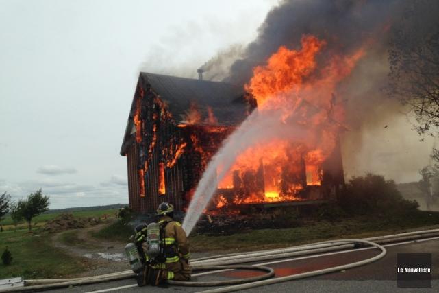 Une quarantaine de pompiers ont laissé brûler une maison située sur le... (Photo: Sylvain Mayer, Le Nouvelliste)