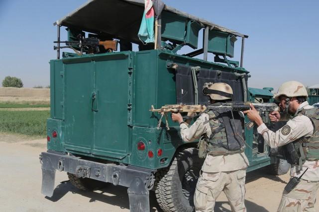 Des membres des forces de sécurité afghanes prennent... (PHOTO RAHMATULLAH ALIZADAH, AFP)