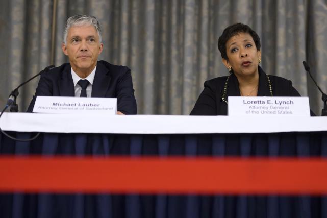 Le procureur général suisse Michael Lauber et la... (Photo Fabrice Coffrini, AFP)