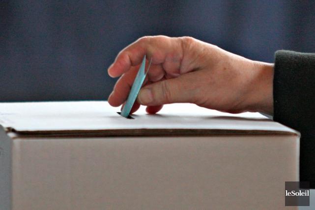 Le vote par anticipation dans le cadre de l'élection partielle du 11 avril dans... (PHOTO ARCHIVES LE SOLEIL)
