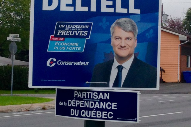 Sous les photos de Gérard Deltell et de... (Photo Louis Pelletier)