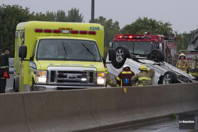 Un véhicule a capoté, vers 13 h 05, lundi, sur l'autoroute 40 ouest, près de la... (Photo: Stéphane Lessard, Le Nouvelliste)