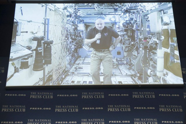 Scott Kelly lors d'une interview en direct retransmise... (PHOTO SAUL LOEB, AFP)