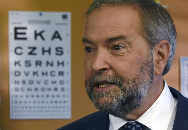 Le chef néo-démocrate Thomas Mulcaira rencontré des électeurs... (La Presse Canadienne, Sean Kilpatrick)