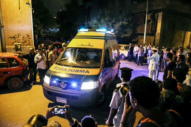 Une ambulance transporte une victime tuée par les... (Photo AP, Mohamed Elraa)