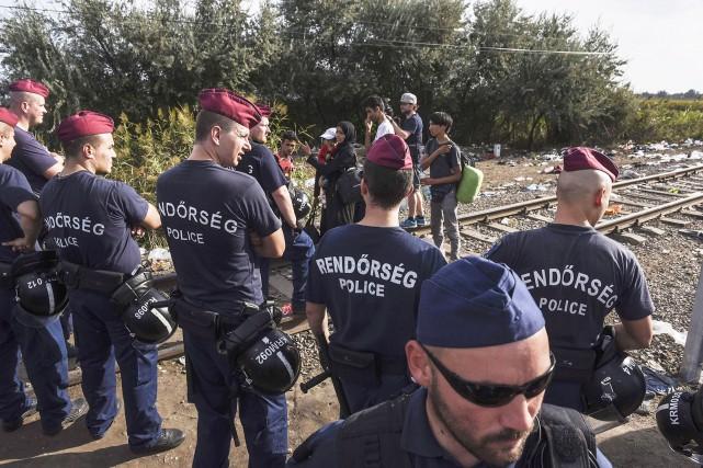 La police hongroise bloque le chemin à des... (PHOTO AFP, ARMEND NIMANI)
