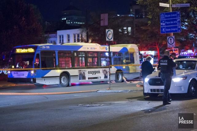Trois piétons ont été blessés lundi soir au centre-ville de Montréal dans un... (PHOTO FÉLIX O.J. FOURNIER, COLLABORATION SPÉCIALE)