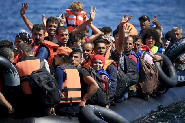 Des réfugiés syriens arrivent à bord d'un canot... (PHOTO ALKIS KONSTANTINIDIS, ARCHIVES REUTERS)