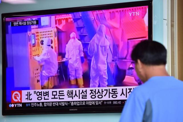 Un homme regarde à la télévision un reportage... (PHOTO JUNG YEON-JE, AFP)