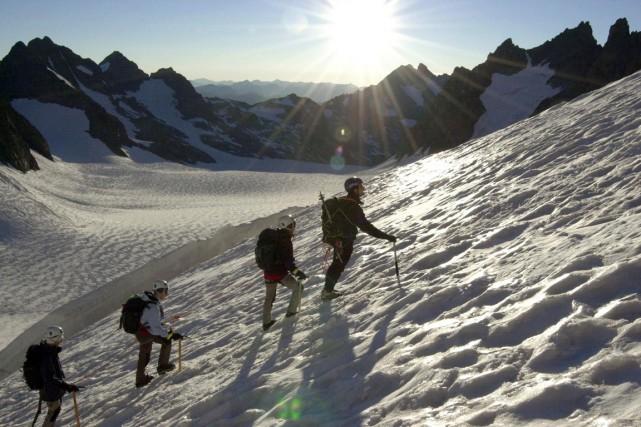 Le Dôme de neige des Écrins (4015 mètres)... (PHOTO JEAN-PIERRE CLATOT, ARCHIVES AFP)