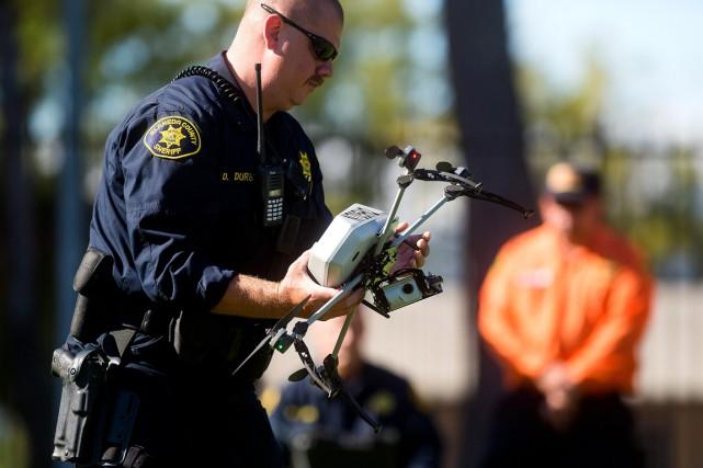 Certains corps policiers américains utilisent déjà des drones... (PHOTO NOAH BERGER, ARCHIVES AP)