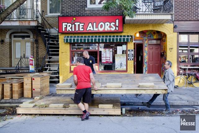 Démantèlement de la terrasse du restaurant Frite Alors!... (PHOTO ALAIN ROBERGE, LA PRESSE)