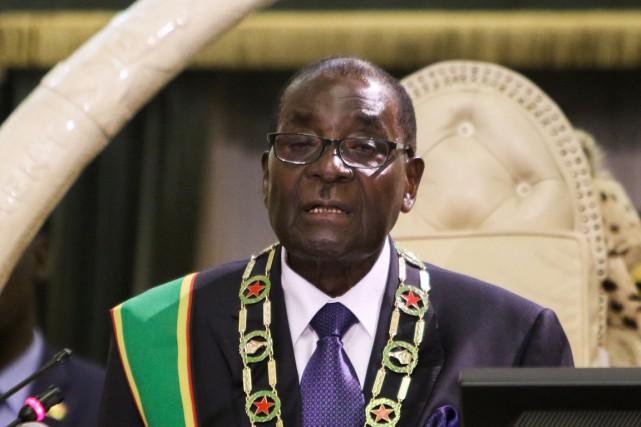L'inamovible Robert Mugabe, au pouvoir depuis l'indépendance en... (PHOTO JEKESAI NJIKIZANA, AFP)