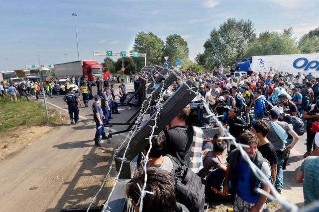Des réfugiés se massaient hier du côté serbe... (AP, Zoltan Mathe/MTI)