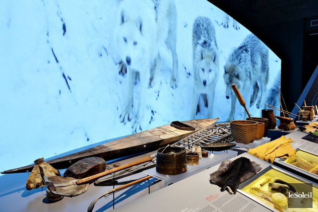 Un kayak inuit et des peaux de bêtes... (Le Soleil, Patrice Laroche)