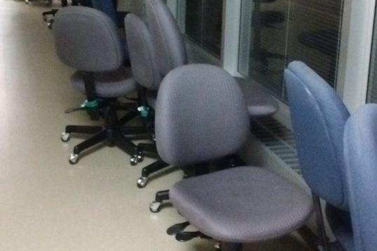 Quelque 240 chaises de bureau en tissu viennent d'être remplacées par des... (Photo tirée de Facebook)