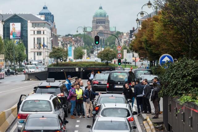 En pleine heure de pointe, des taxis ont... (PHOTO AP)