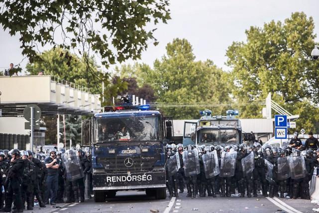 Les forces antiémeutes hongroises ont été débordées par... (AFP, ARMEND NIMANI)