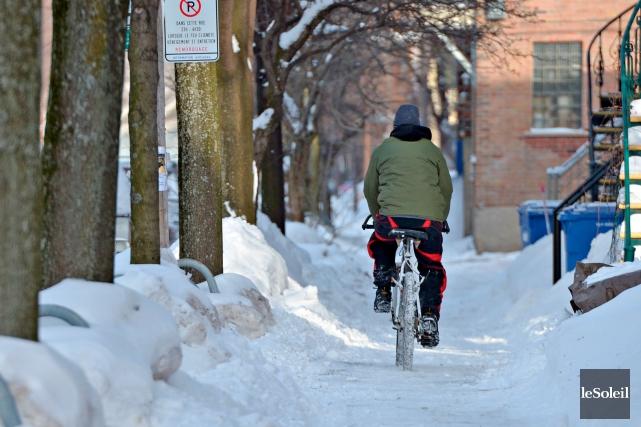 Les cyclistes qui roulent sur deux roues en... (Photothèque Le Soleil, Pascal Ratthé)