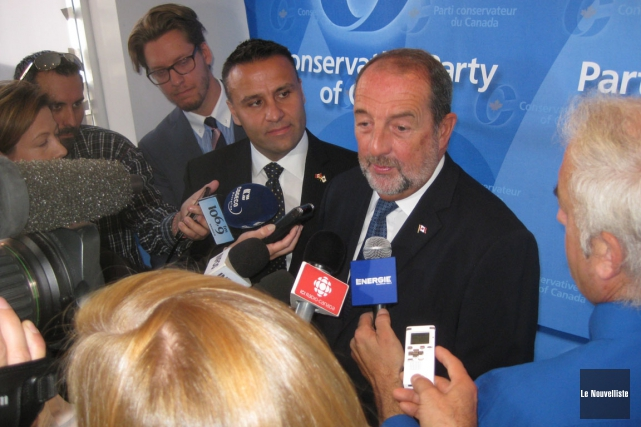 Le candidat conservateur dans Trois-Rivières, Dominic Therrien, et... (Photo: Marc Rochette, Le Nouvelliste)