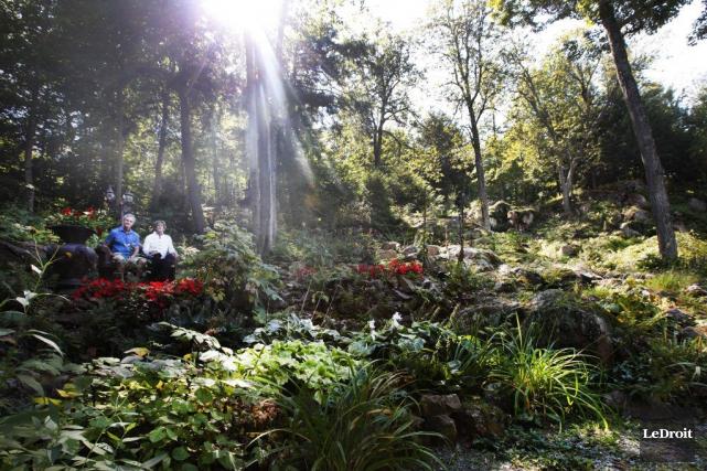 Adrien Clavet et Réjean Lyrette dans leur jardin,La... (Simon Séguin-Bertrand, LeDroit)