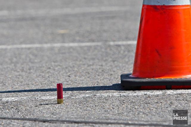Une douille d'arme à feu est restée sur... (PHOTO PATRICK SANFAÇON, LA PRESSE)