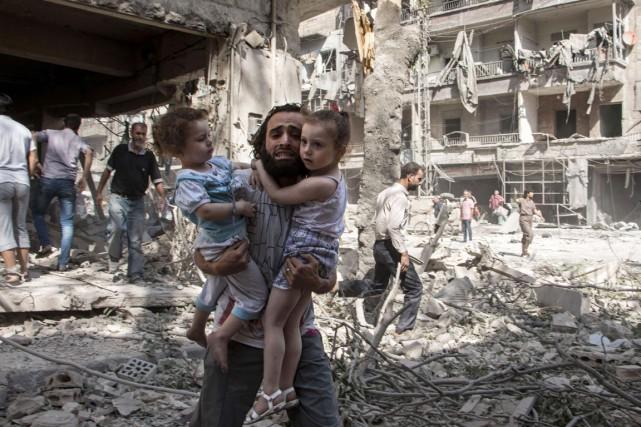 Sur le terrain, la guerre ne connait pas... (PHOTO KARAM AL-MASRI, AFP)