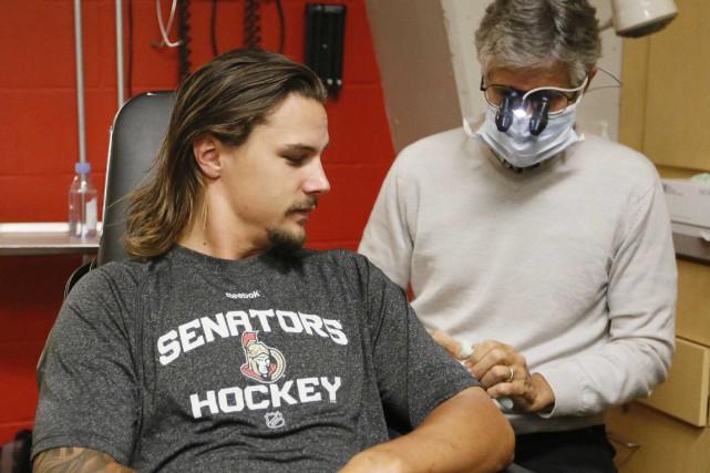 Erik Karlsson en plein examen médical... (Simon Séguin-Bertrand, LeDroit)