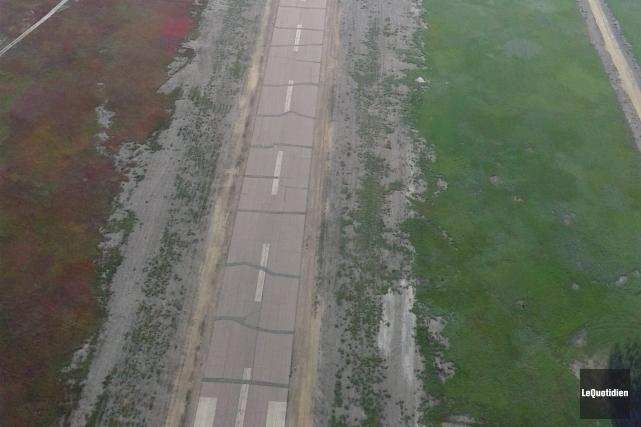 La piste de l'aéroport est en très mauvais... ((Photo Le Quotidien, Normand Boivin))