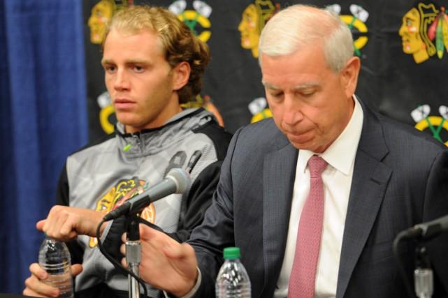 Patrick Kane en compagnie du président des Blackhawks... (AP, Joe Raymond)