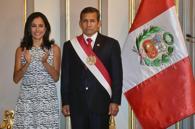 La Première dame Nadine Heredia et le président... (PHOTO CRIS BOURONCLE, ARCHIVES AFP)