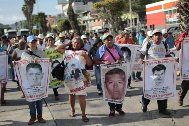 Les proches des 43 étudiants disparus ont manifesté,... (Photo Pedro PARDO, archives AFP)