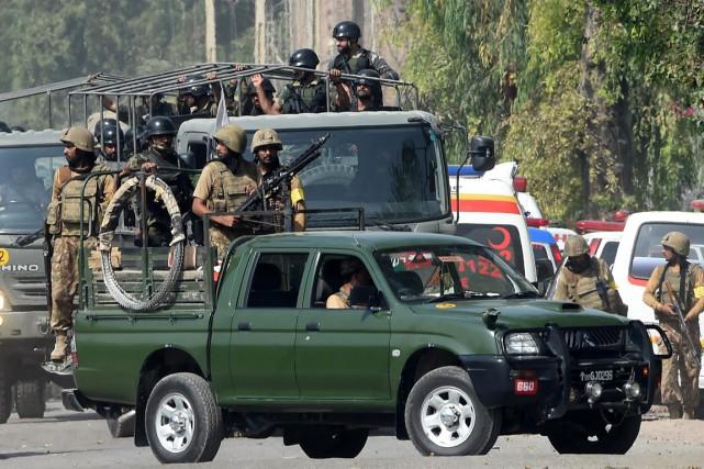 Des soldats pakistanais se déploient autour de la... (PHOTO A MAJEED, AFP)