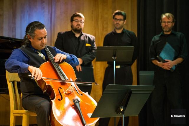 Le violoncelliste Sébastien Lépine et trois membres de... (Photo: Olivier Croteau, Le Nouvelliste)