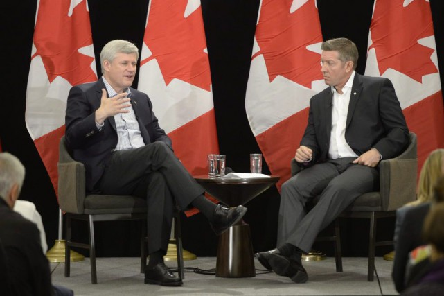 Stephen Harper avec Sheldon Kennedy.... (PHOTO RYAN REMIORZ, LA PRESSE CANADIENNE)