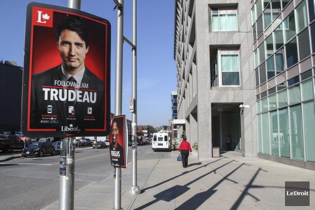 Une affiche unilingue anglaise deTeam Trudeauau coin de... (Patrick Woodbury, LeDroit)