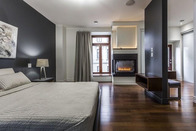 La chambre principale, très dégagée, recèle un foyer... (Photos fournies par Sotheby's International Realty Québec)