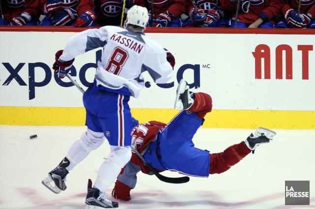 Zack Kassian a servi une mise en échec... (Photo Martin Chamberland, La Presse)