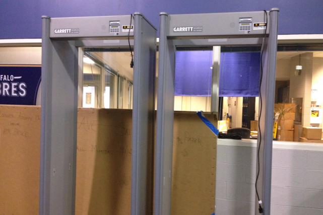 Des portillons avec détecteurs de métaux, appelés magnétomètres,... (Photo Stephen Whyno, PC)