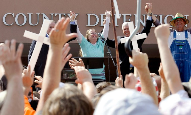 Kim Davis, qu'on voit ici à sa sortie... (PHOTO CHRIS TILLEY, ARCHIVES REUTERS)