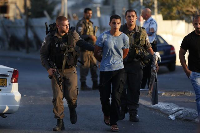 Les forces de sécurité israéliennes, dans le quartier... (Photo AHMAD GHARABLI, AFP)