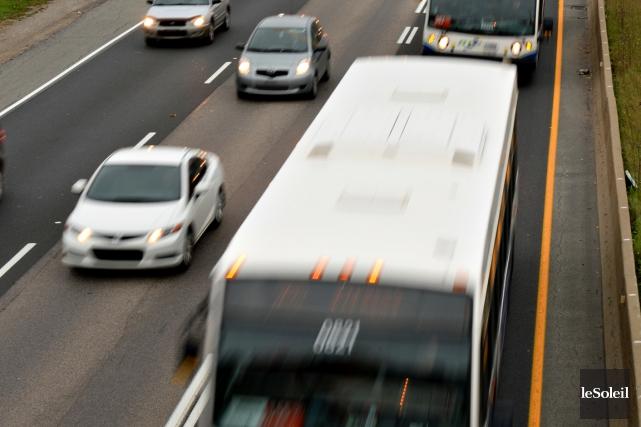 Environ 500 autobus du RTC circulent quotidiennement dans... (Photothèque Le Soleil, Patrice Laroche)