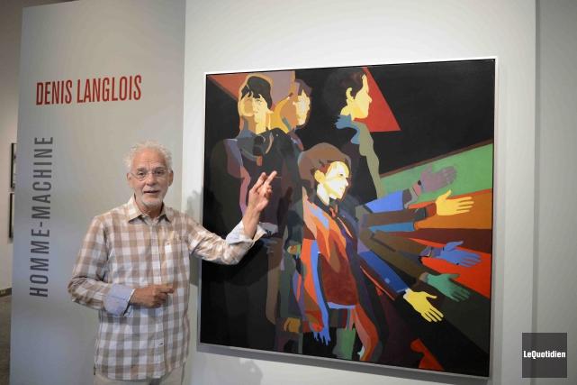 Cette toile intitulée Homme-machine accueille les visiteurs dans... (Photo Le Quotidien, Jeannot Lévesque)