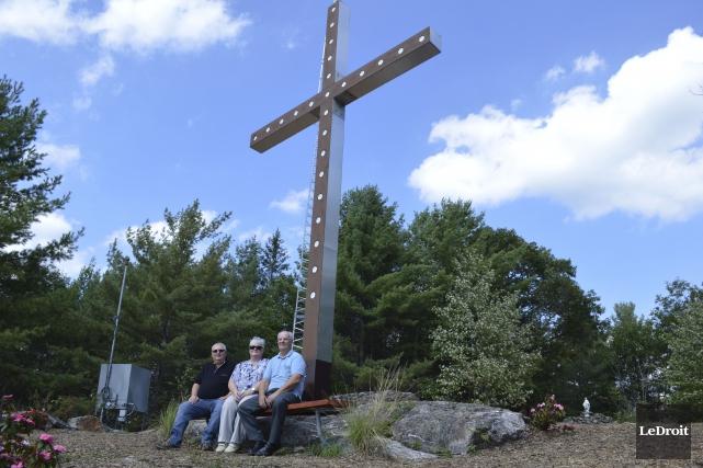 Une nouvelle croix en bois massif a été... (Benoit Sabourin, LeDroit)