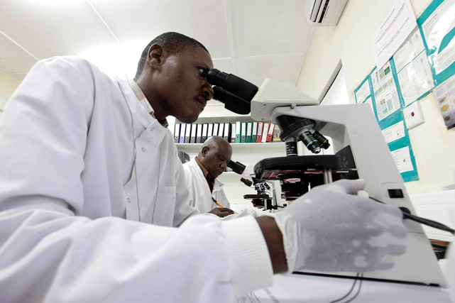 Des médecins du Kenya Medical Research Institute étudie... (Photo Joseph Okanga, archives Reuters)