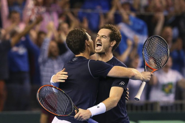Les frères Jamie et Andy Murray... (Photo Scott Heppell, AP)