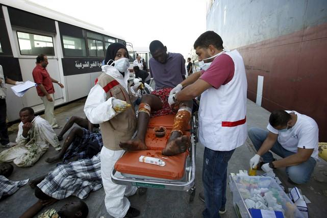 Des travailleurs de la Croix-Rouge libyenne soignent un... (Photo Ismail Zitouny, Reuters)